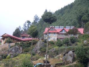 Die Lodge in Monjo, auf dem Dach Solaranlagen für Duschwasser