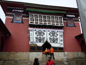 Der Eingang zum Kloster Tengboche, im Vordergrund steht Tej